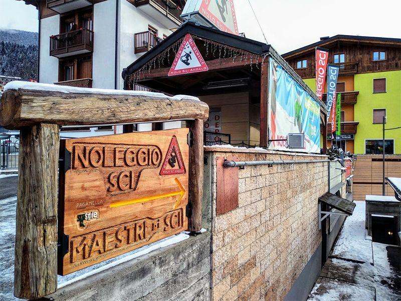 Esterno del Noleggio sci Andalo con insegna